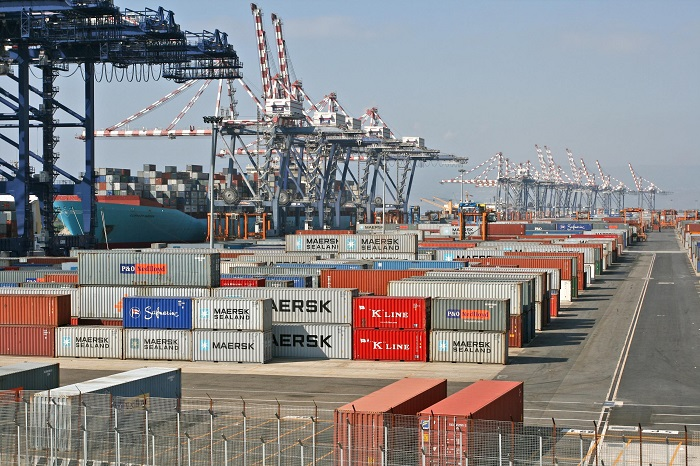 Commercio estero: a dicembre avanzo in leggero calo